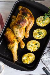 Hähnchenschenkel mit gefüllten Ofenkartoffeln