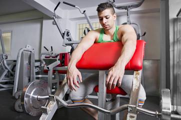 Levantamiento de pesas del hombre cansado