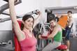 Gente haciendo pesas en un gimnasio