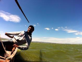 Barquero manejando el timón