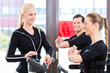 Trainer gibt EMS Training