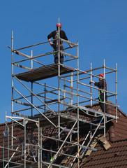 Gerüstbauer stellen eine Baugerüst auf