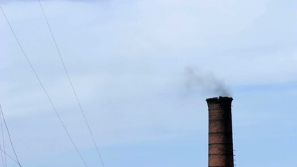 Chimenea de humo negro