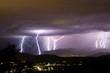 Blitze hinter der Stadt