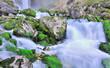 chute d'eau entre rochers