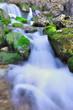 chute d'eau au travers des rochers