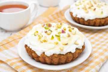 mini carrot cakes with cream of mascarpone, honey and tea