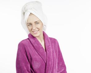 Junge Frau mit Bademantel und Handtuch