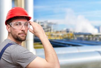 Arbeiter in Arbeitskleidung in Raffinerie // Worker in refinery