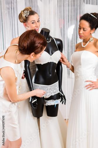 Bräute suchen Hochzeit Dessous im Laden aus