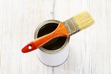 Paint brush and varnish can, paintbrush and wood lacquer