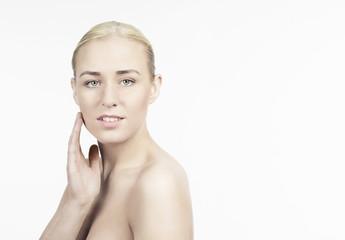 Junge Frau berührt mit Hand ihre Haut