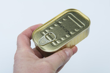 scatoletta di sardine in mano