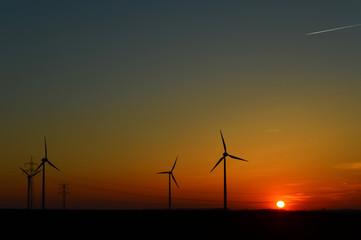 Windkraftanlagen im Sonnenuntergang