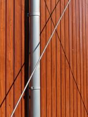 Paneele einer Holzvertäfelung mit Regenrohr und Verstrebung