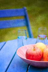 Äpfel auf Gartentisch