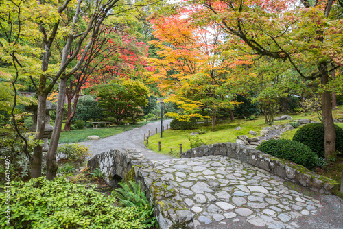 Tuinposter Tuin Fall Foliage Stone Bridge Japanese Garden