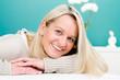 attraktive blonde frau über vierzig