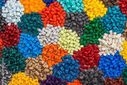 gefärbte Plastik Granulate - 64128444