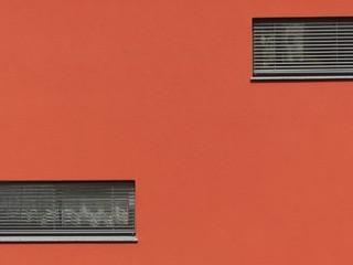 Orangerote Fassade eines Passivhauses in Rodheim-Bieber