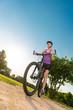 junge frau fährt mountainbike