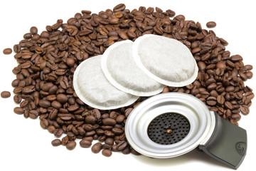 Kaffeepads auf Kaffeebohnen