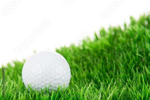 golfball liegt auf dem rasen