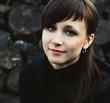 Портрет красивой сексуальной девушки на деревянном фоне