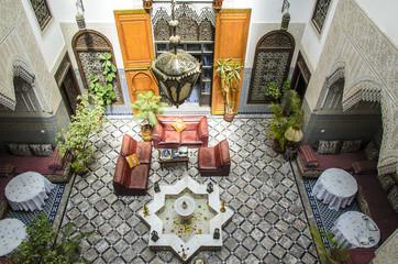Innenhof eines alten Riads in Fes, Marokko