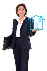 Geschäftsfrau mit Hausmodell