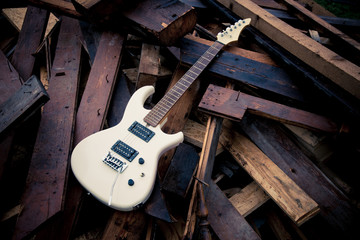 Alte E-Gitarre auf Holzstapel