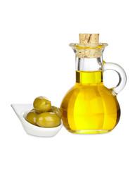 Karaffe mit Olivenöl und Oliven, isoliert