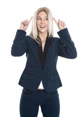 Lächelnde blonde Geschäftsfrau hat die geniale Idee