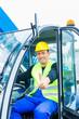 Bauarbeiter fährt Baumaschine einer Baustelle