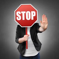 Frau hält Stopschild