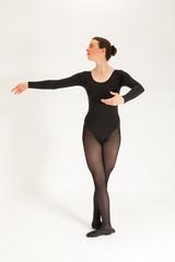 Die junge Balletttänzerin steht vor der Kamera