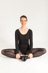 Die junge Balletttänzerin sitzt vor der Kamera