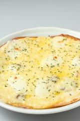 チーズ三種のピザ