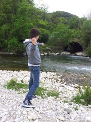 Lancio delle pietre nel fiume