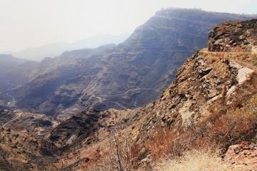carretera vertiginosa arriba del barranco de Mogan en Canarias
