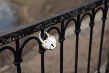 Замок на кованой ограде. Символ любви и верности.