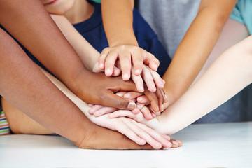 Kinder zeigen Freundschaft und Zusammenhalt