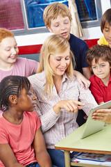 Schüler und Lehrer mit Tablet Computer