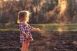 девочка играет землей