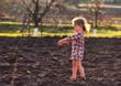 девочка на земле играет