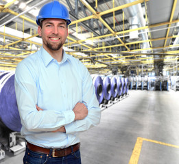 Ingenieur vor Ort in Produktionshalle // engineering