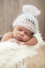 Newborn Baby schlafend mit süßer Mütze