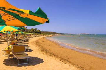 Costa del Gargano: un posto all'ombra.-Vieste (Puglia) ITALIA-