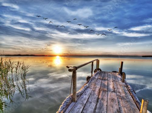 paisaje de un lago y su embarcadero - 64186454