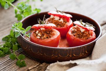 Vegetarisch gefüllte Tomaten